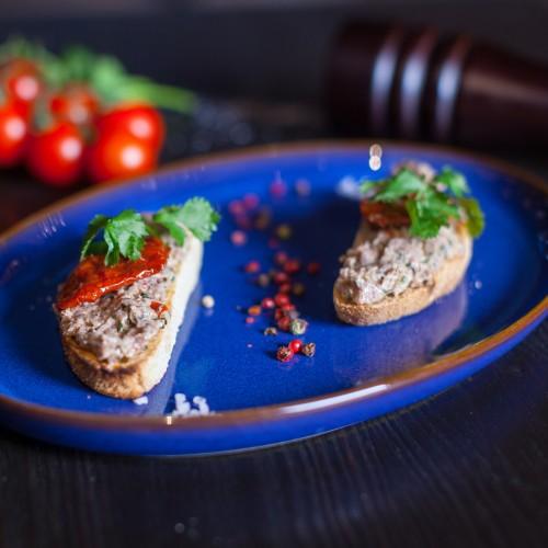 Брускети з телятиною та в'яленими томатами