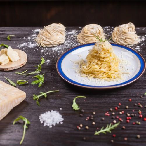 Спагеті з маслом та пармезаном