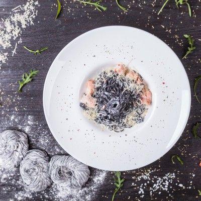 Спагеті з чорнилами каракатиці та фореллю