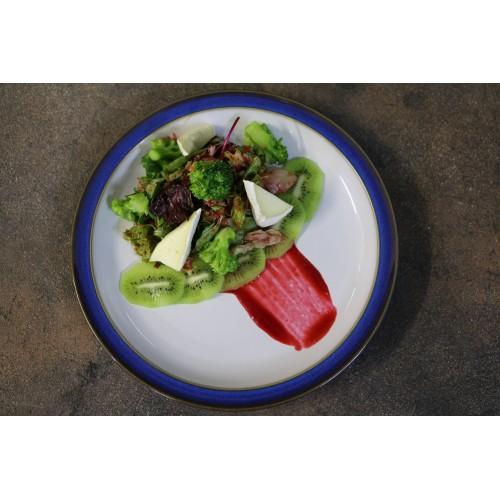 Салат з томатами, броколі та сиром брі
